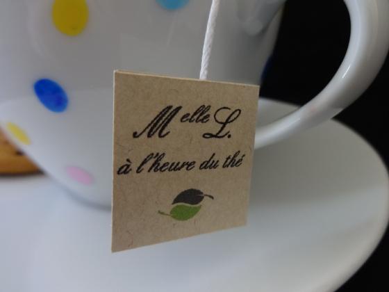 Melle L à l'heure du thé, détail